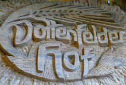 Schriftzug Dottenfelderhof in Stein gehauen